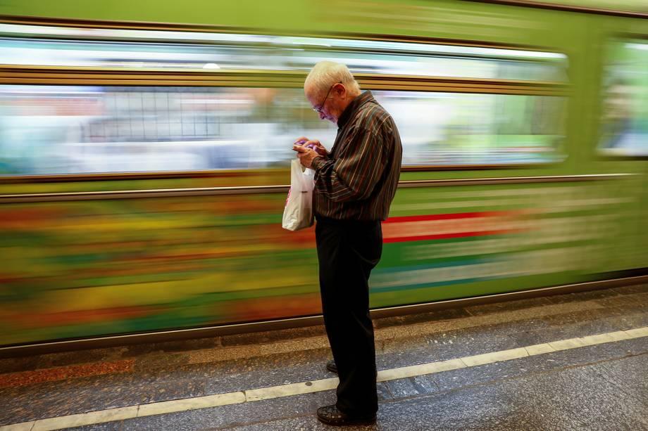 Homem utiliza celular em estação de metrô de Moscou, na Rússia - 22/06/2018