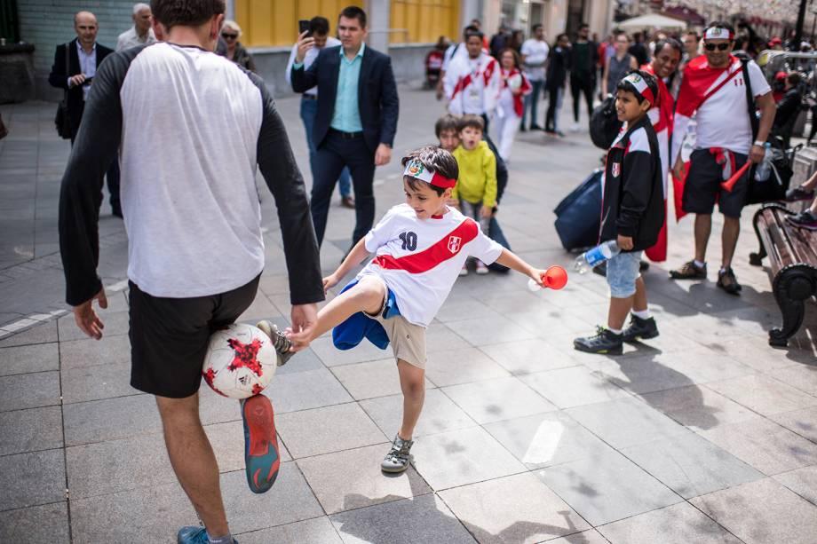 Torcedor mirim veste camisa da seleção peruana, e brinca com bola na Praça Vermelha, em Moscou - 14/06/2018