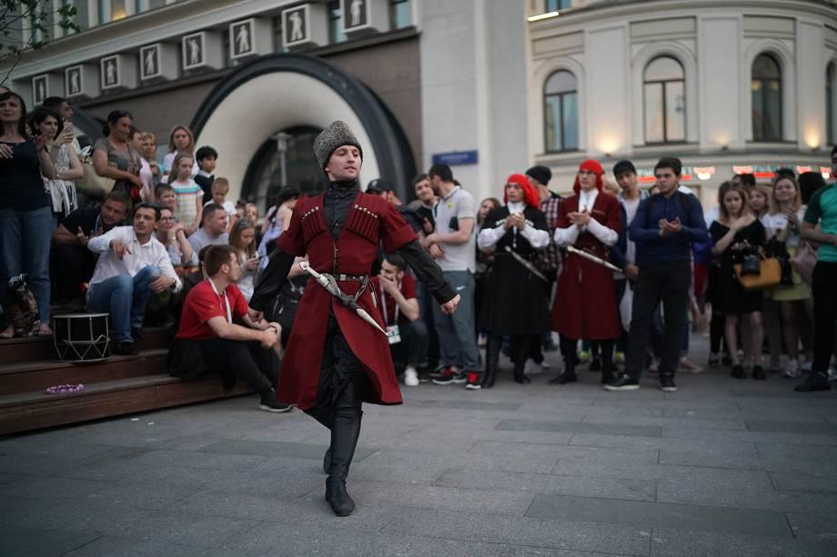 Dançarino realiza apresentação nos arredores da Praça Vermelha, em Moscou  - 17/06/2018