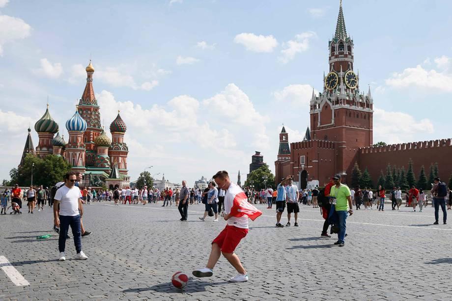 Torcedor polonês joga bola na Praça Vermelha, em Moscou  - 19/06/2018