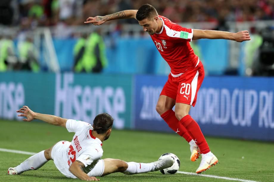 Ricardo Rodriguez, da Suíça, disputa bola com Sergej Milinkovic-Savic, da Servia, durante partida válida pela segunda rodada do grupo E da Copa do Mundo, realizada em Kaliningrado - 22/06/2018