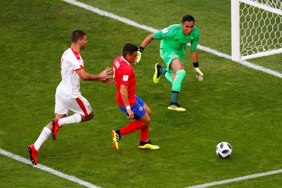 Aleksandar Mitrovic da Sérvia durante jogada contra Johnny Acosta e Keylor Navas da Costa Rica - 17/06/2018