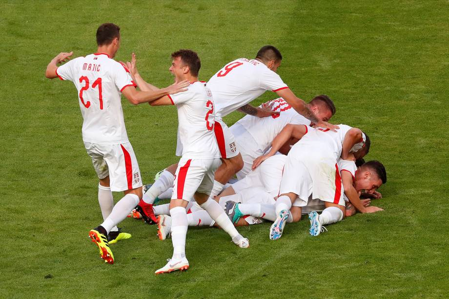 Seleção da Sérvia comemora gol durante partida contra a Costa Rica - 17/06/2018