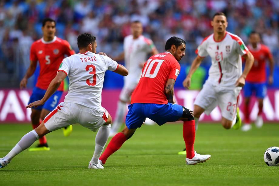 Bryan Ruiz durante jogada contra Dusko Tosic da Sérvia - 17/06/2018