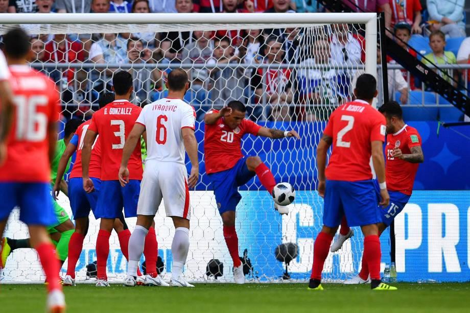 David Guzman durante jogada em partida contra a Sérvia - 17/06/2018