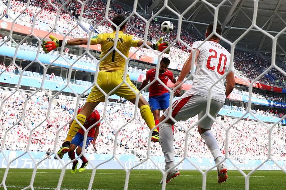 Giancarlo Gonzalez perde gol cabeceado em partida contra a Sérvia - 17/06/2018