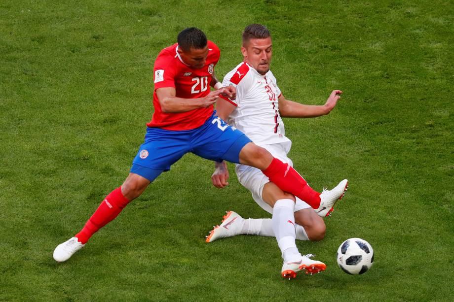 Sergej Milinkovic-Savic da Sérvia compete pela bola com David Guzman da Costa Rica - 17/06/2018