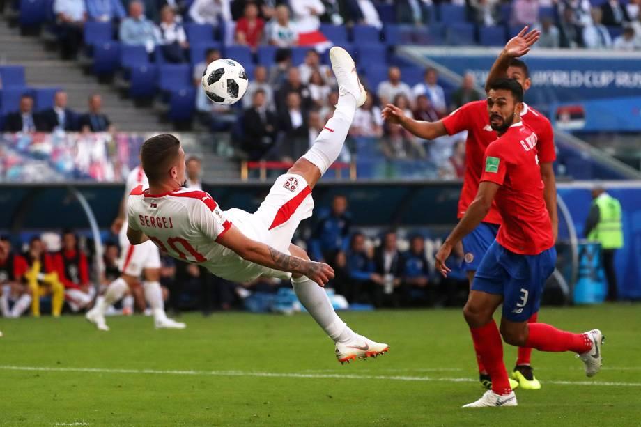 Milinkovic-Savic tenta marcar gol de bicicleta durante partida contra a Costa Rica - 17/06/2018
