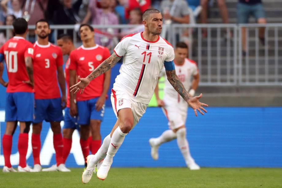Aleksandar Kolarov da Sérvia comemora após marcar seu primeiro gol - 17/06/2018