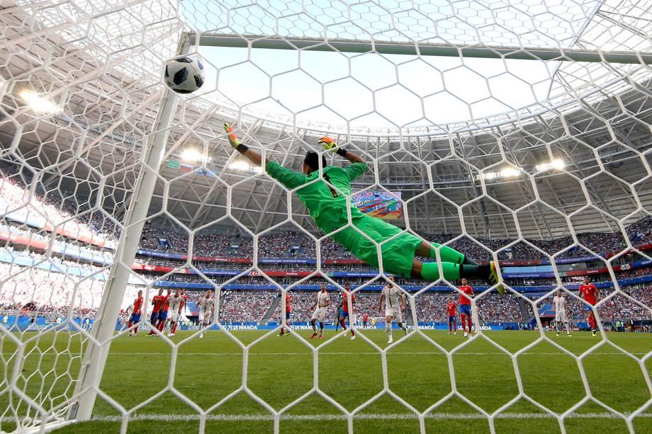 Aleksandar Kolarov da Sérvia marca primeiro gol durante partida contra a Costa Rica - 17/06/2018