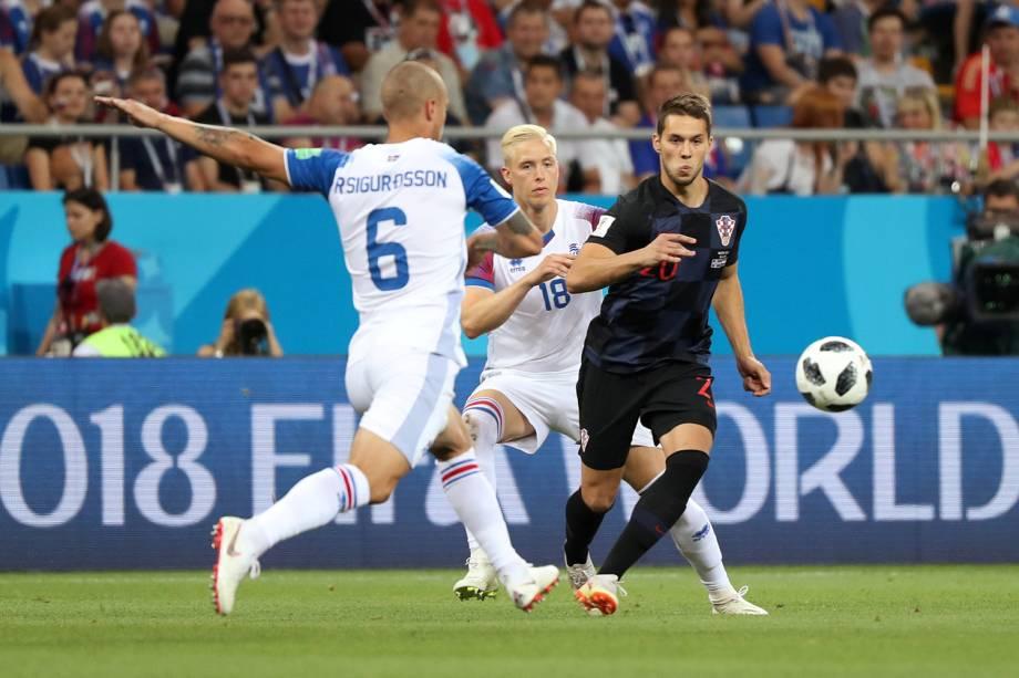Marko Pjaca da Croácia durante jogada contra Ragnar Sigurdsson da Islândia - 26/06/2018