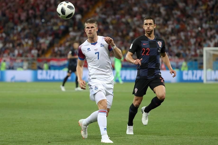 Johann Berg Gudmundsson da Islândia durante disputa com Josip Pivaric da Croácia - 26/06/2018