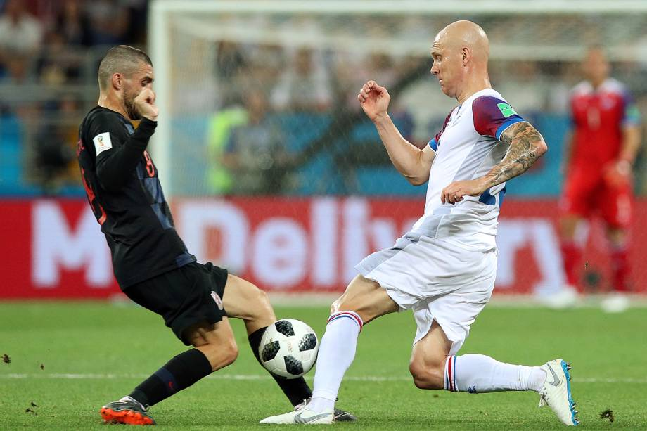 Mateo Kovacic da Croácia durante disputa de bola com Emil Hallfredsson da Islândia - 26/06/2018
