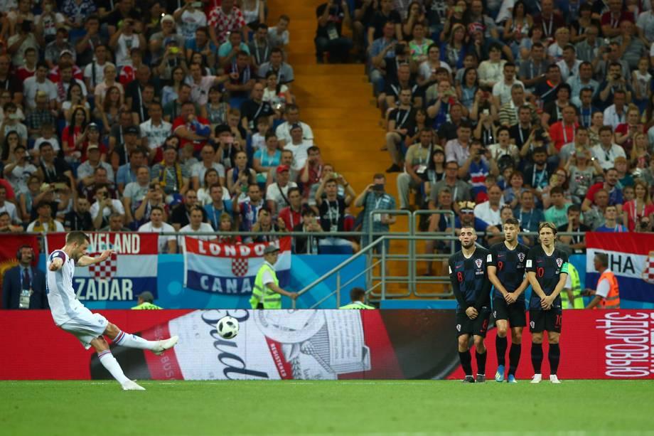 Gylfi Sigurdsson da Islândia chuta para o gol em tiro livre durante partida contra a Croácia - 26/06/2018