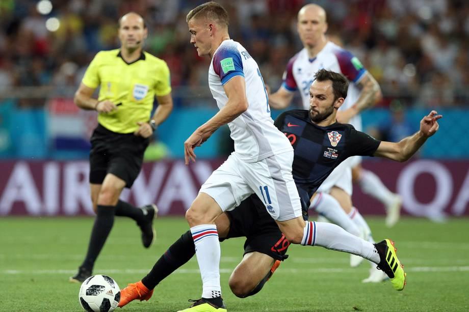 Alfred Finnbogason da Islândia disputa a bola com Milan Badelj da Croácia - 26/06/2018