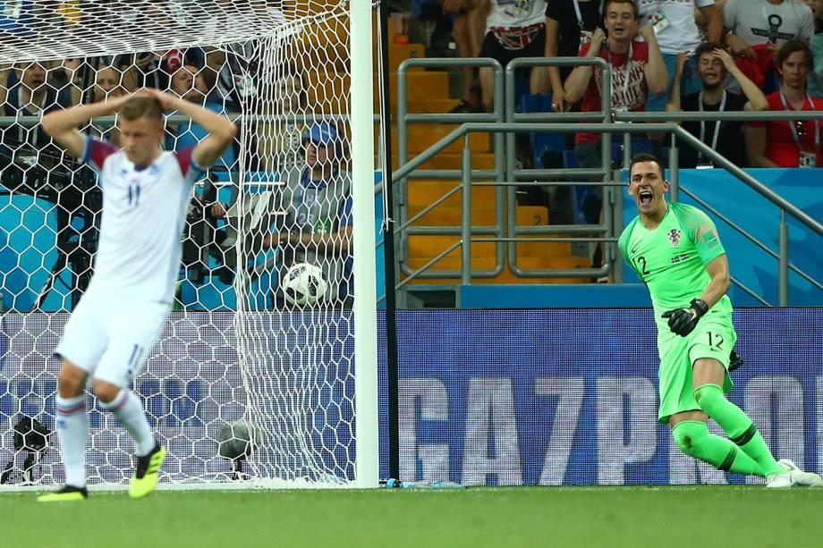 Lovre Kalinic da Croácica comemora após Alfred Finnbogason da Islândia perder chance de marcar - 26/06/2018