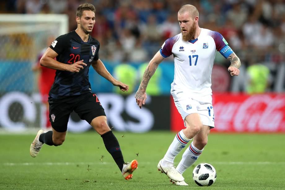 Aron Gunnarsson da Islândia durante disputa de bola com Marko Pjaca da Croácia - 26/06/2018