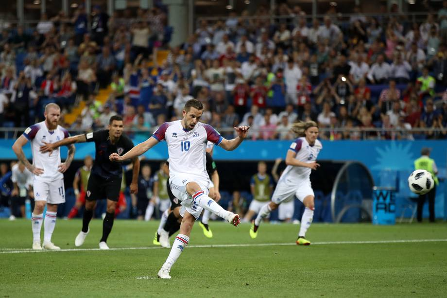 Gylfi Sigurdsson cobra pênalti e marca primeiro gol da Islândia em partida contra a Croácia - 26/06/2018