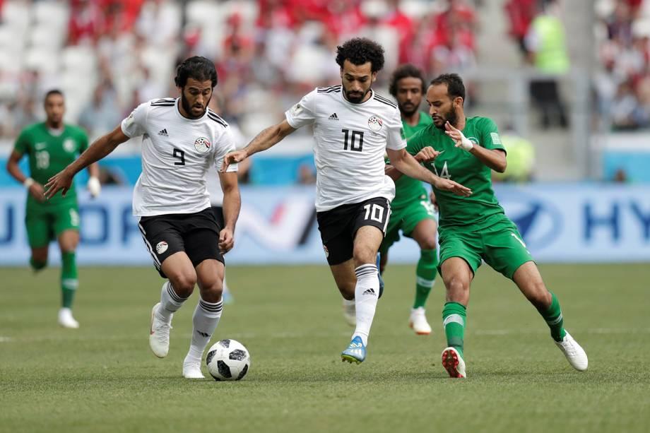 Mohamed Salah e Marwan Mohsen do Egito durante jogada contra Yasser Al-Shahrani da Arábia - 25/06/2018