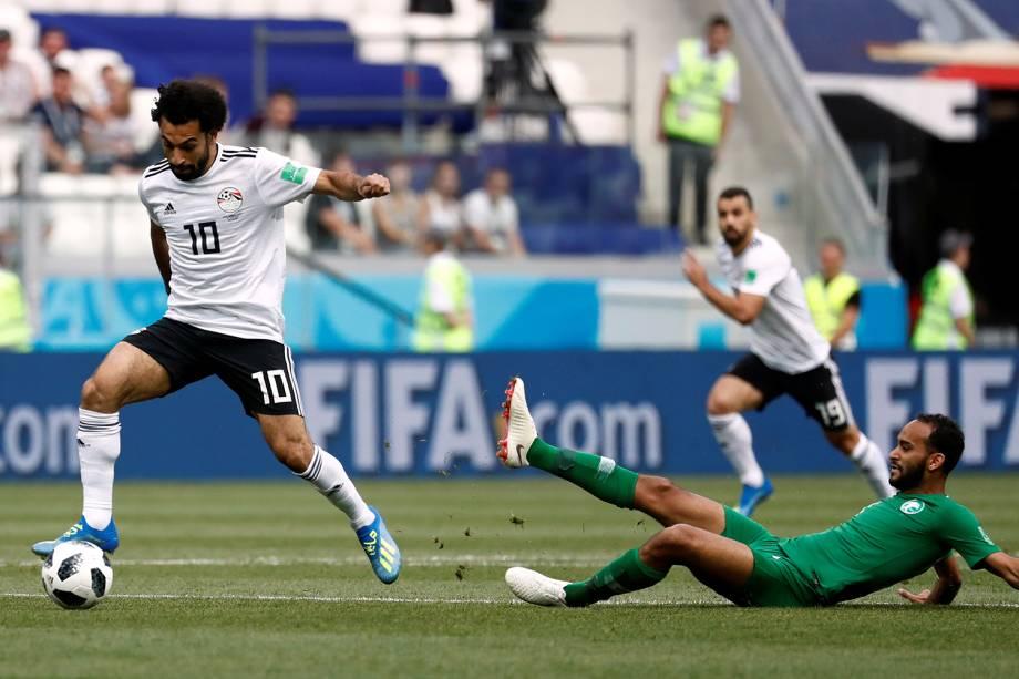 Mohamed Salah do Egito disputa a bola com Abdullah Otayf da Arábia - 25/06/2018