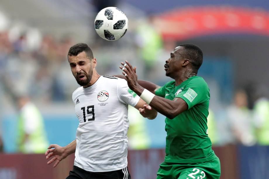 Abdallah Said do Egito disputa a bola com Motaz Hawsawi da Arábia na Arena Volvogrado - 25/06/2018