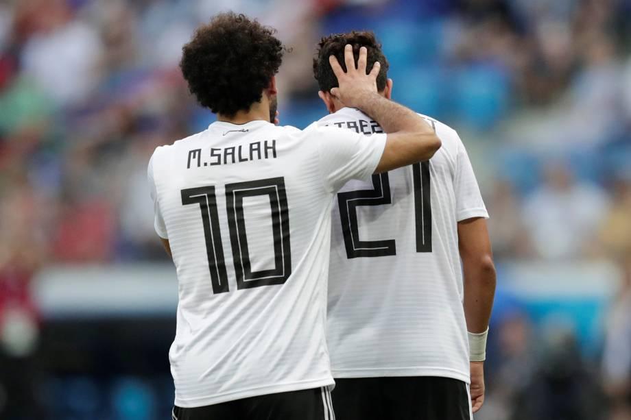 Trezeguet é consolado por Mohamed Salah após perder chance de marcar em partida contra a Arábia Saudita - 25/06/2018