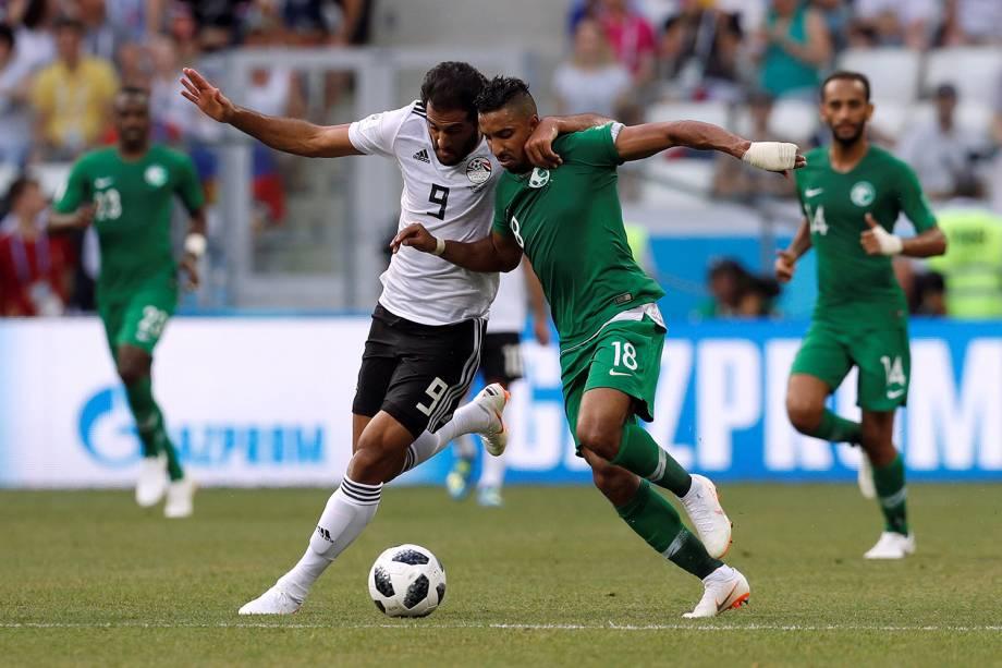 Marwan Mohsen do Egito disputa a posse de bola com Salem Al-Dawsari da Arábia Saudita - 25/06/2018