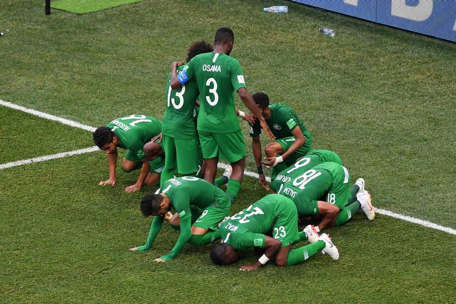 Seleção da Arábia Saudita agradece e comemoram primeiro gol em partida contra o Egito - 25/06/2018