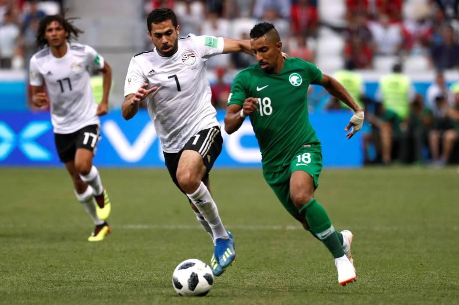 Salem Al-Dawsari da Arábia Saudita disputa a posse de bola com Ahmed Fathy do Egito - 25/06/2018