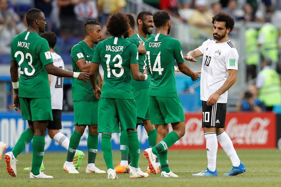 Seleção da Arábia Saudita cumprimentam Mohamed Salah após vencer partida na Arena Volvogrado - 25/06/2018