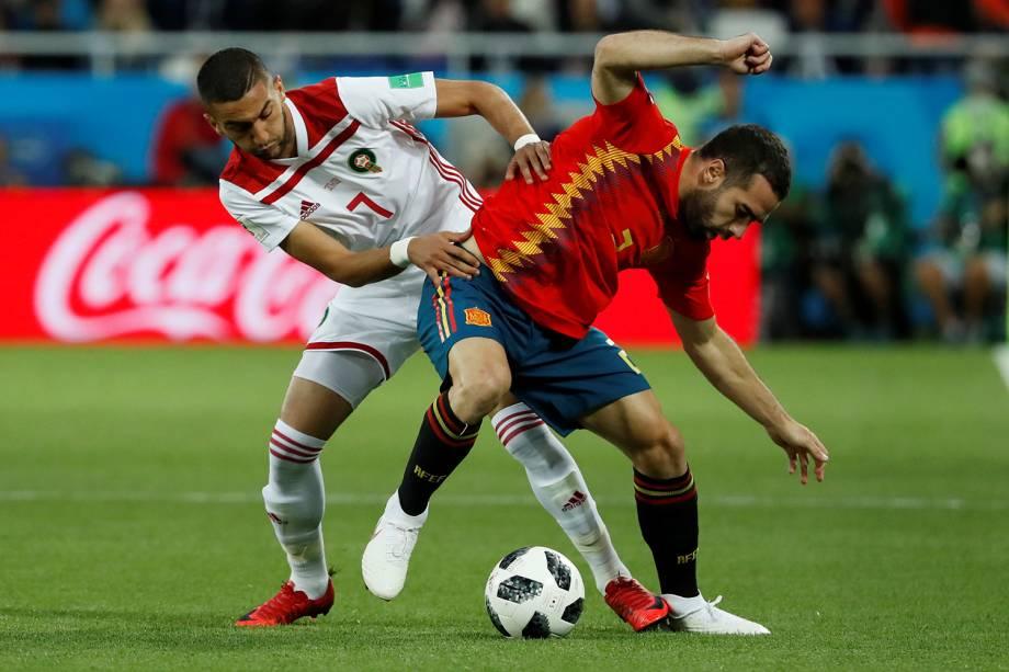 Dani Carvajal da Espanha disputa a posse de bola como Haki Ziyech - 25/06/2018