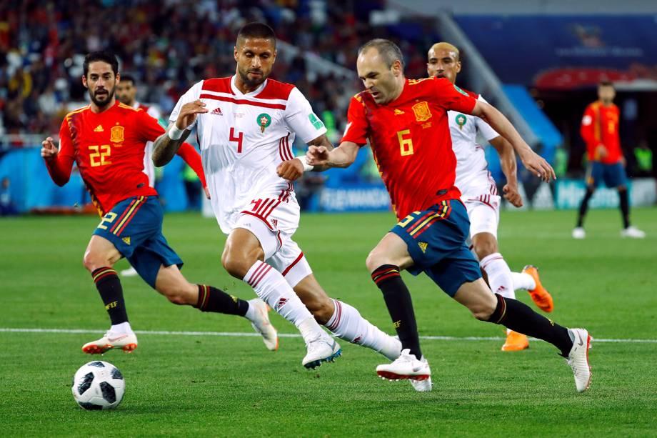 Andres Iniesta da Espanha durante disputa de posse de bola com Manuel da Costa do Marrocos - 25/06/2018