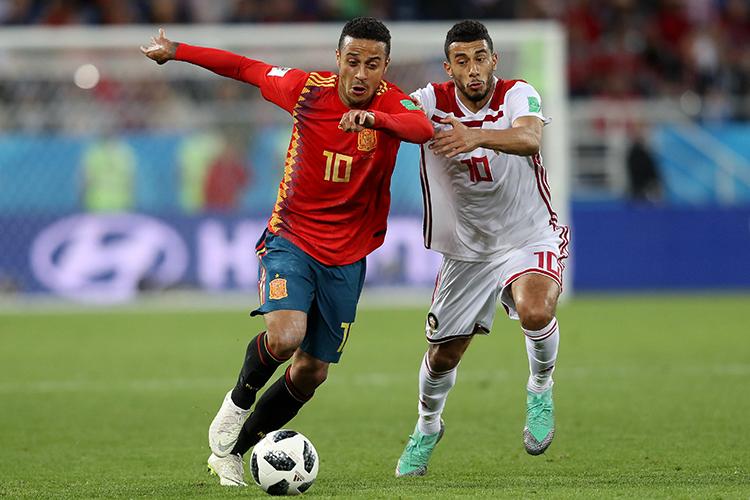 Thiago da Espanha compete pela posse de bola com Younes Belhanda do Marrocos - 25/06/2018