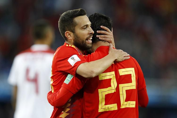 Isco comemora com Jordi Alba gol durante partida contra o Marrocos - 25/06/2018