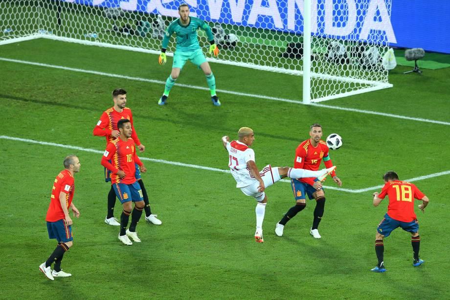Nabil Dirar do Marrocos controla a bola na área da Espanha no Estádio Kaliningrado - 25/06/2018