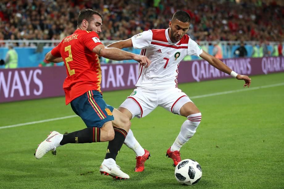 Dani Carvajal da Espanha disputa a posse de bola com Hakim Ziyach do Marrocos - 25/06/2018