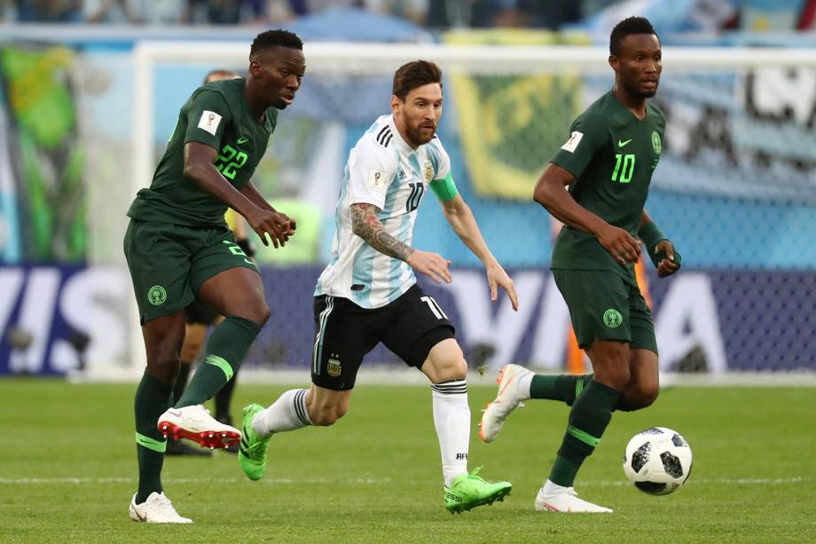 Kenneth Omeruo e John Obi Mikel marcam o argentino Lionel Messi, durante partida válida pela terceira rodada do grupo D - 26/06/2018