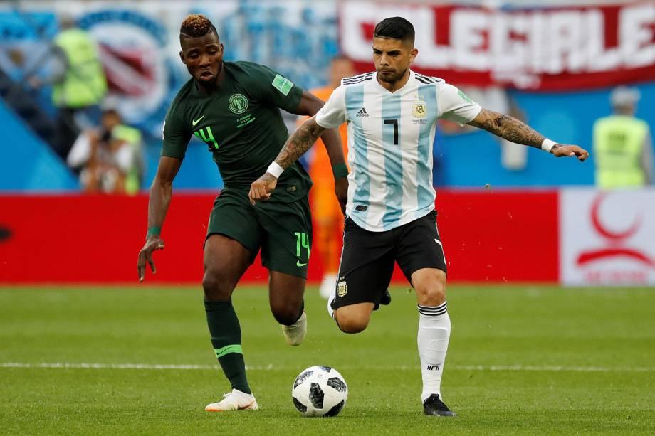 Ever Banega é marcado pelo nigeriano Kelechi Iheanacho - 26/06/2018
