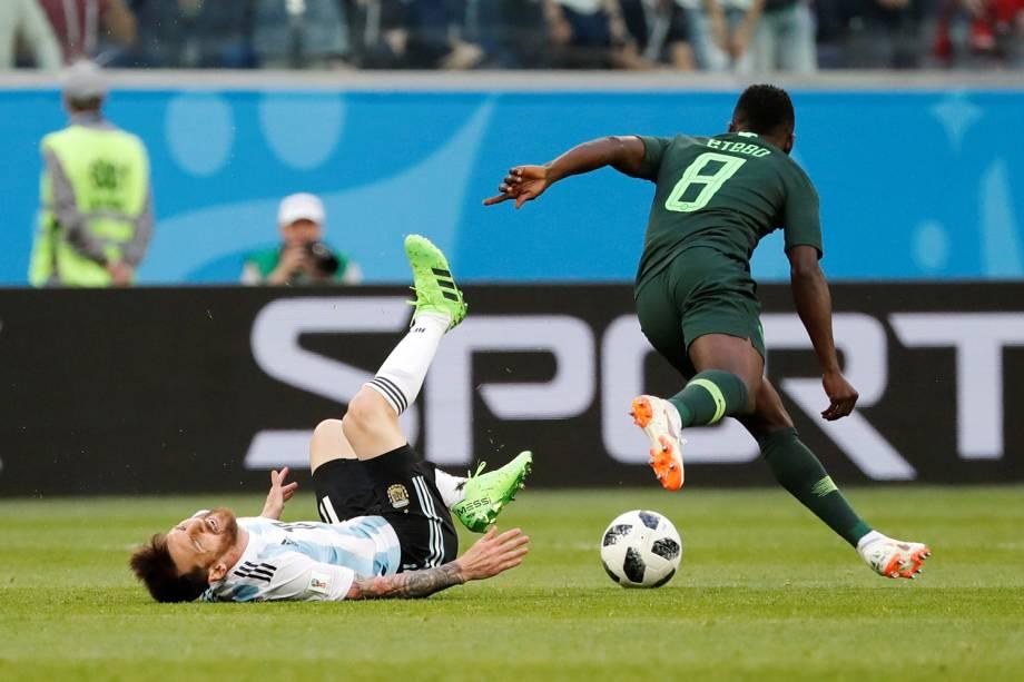 Lionel Messi recebe falta durante partida entre Argentina e Nigéria - 26/06/2018