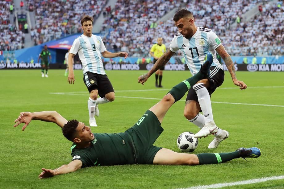 Leon Balogun, da Nigéria, marca Nicolas Otamendi, da Argentina, durante partida válida pela terceira rodada da grupo D da Copa do Mundo - 26/06/2018