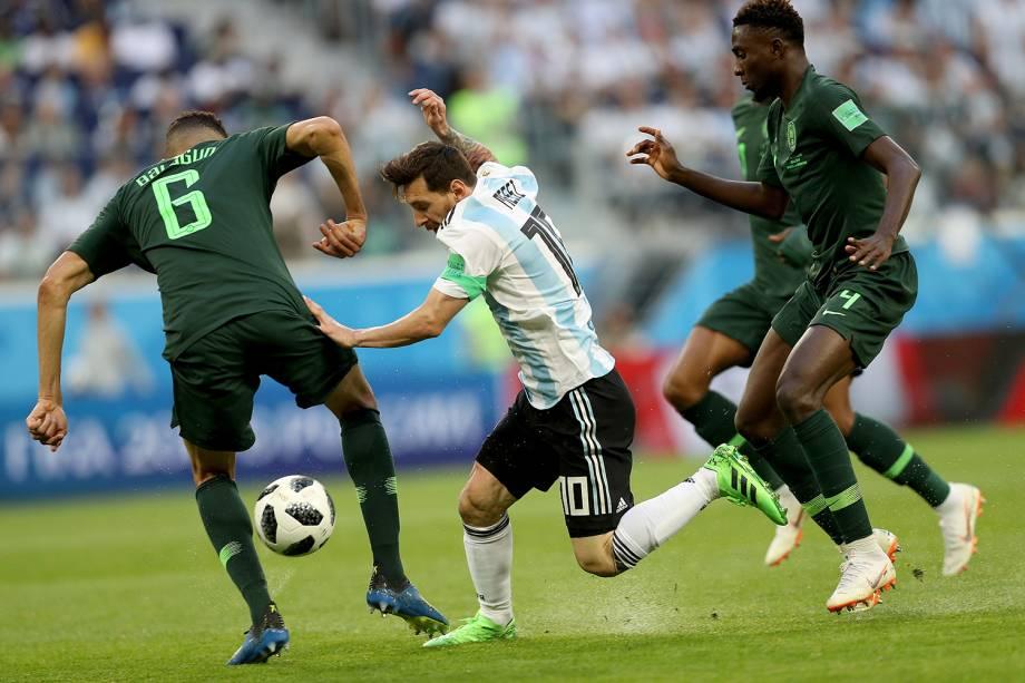 Lionel Messi é marcado por Wilfred Ndidi e Leon Balogunof, da Nigéria, durante partida válida pela terceira rodada do grupo D da Copa do Mundo  - 26/06/2018