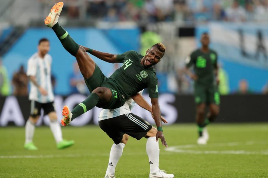Kelechi Iheanacho, da Nigéria , é derrubado durante partida contra a Argentina, válida pelo grupo D da Copa do Mundo - 26/06/2018