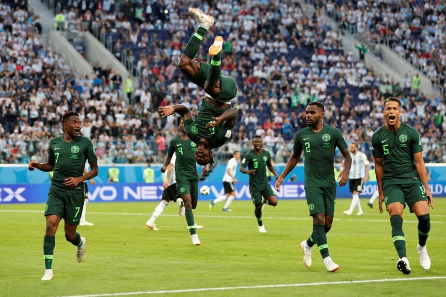 Victor Moses dá cambalhota ao comemorar gol de pênalti convertido pela Nigéria - 26/06/2018