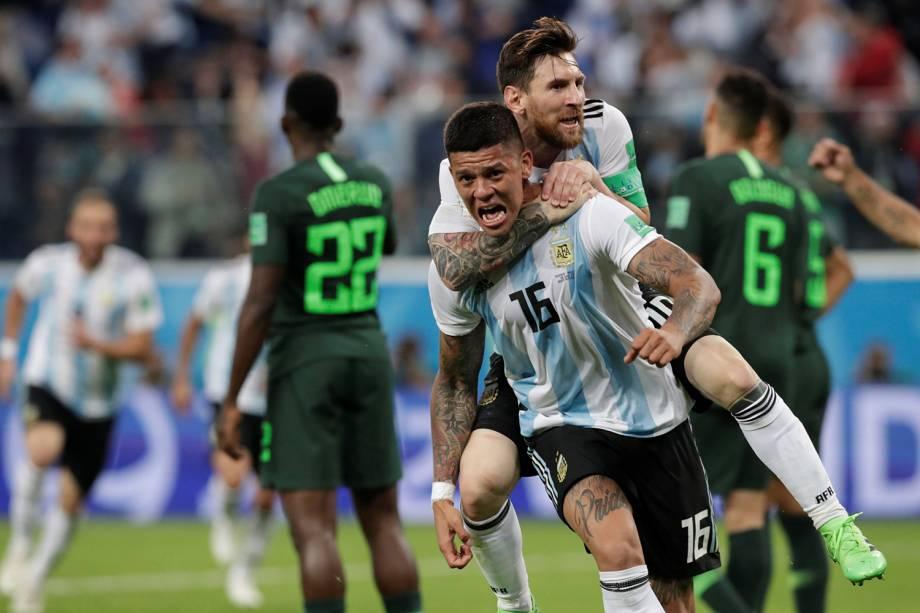Marcos Rojo e Lionel Messi comemoram o segundo gol da Argentina na partida contra a Nigéria em São Pestesburgo - 26/06/2018