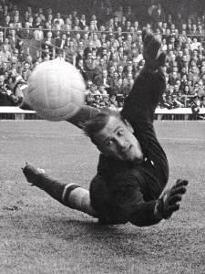 O goleiro soviético Lev Yashin realiza defesa durante partida contra a Itália, válida pela Copa do Mundo de 1966 - 16/07/1966