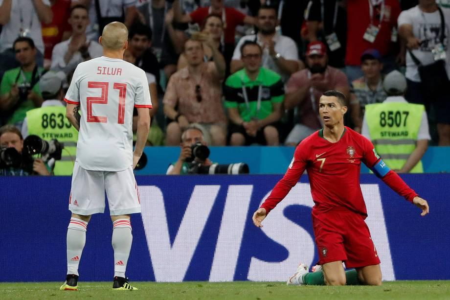 Cristiano Ronaldo reage após cair durante jogada - 15/06/2018