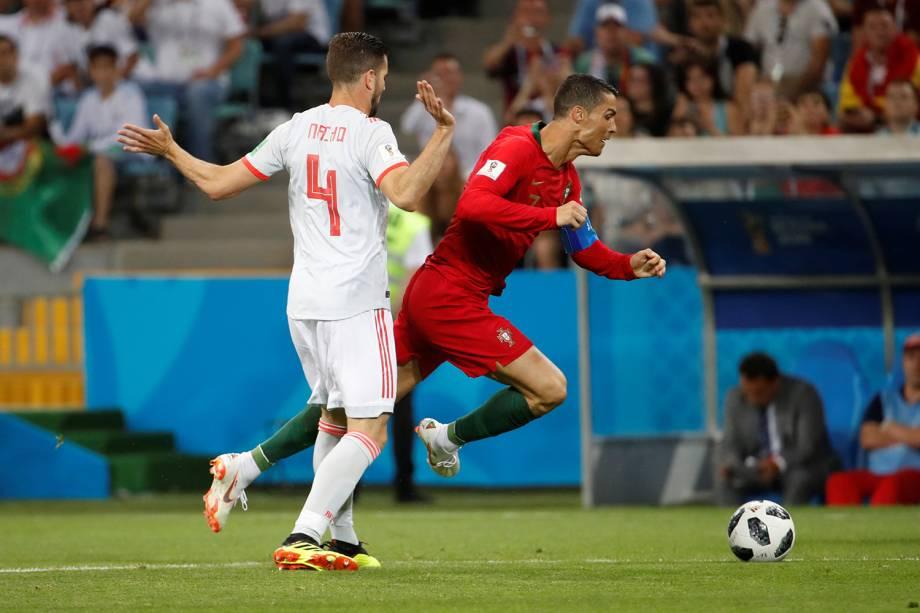 Cristiano Ronaldo de Portugal cai ao competir pela bola com Nacho da Espanha - 15/06/2018