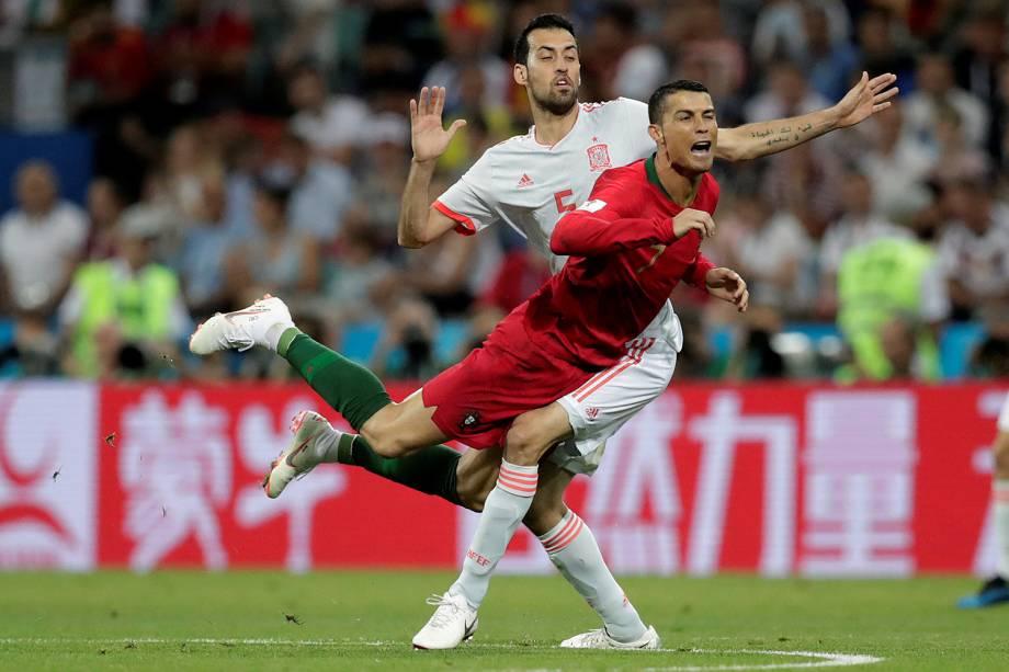 Cristiano Ronaldo cai ao trombar em Sergio Busquets da Espanha - 15/06/2018