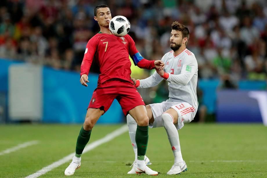 Cristiano Ronaldo durante jogada contra Gerard Pique - 15/06/2018