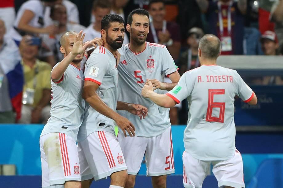 Diego Costa da Espanha comemora seu primeiro gol com David Silva, Sergio Busquets e Andres Iniesta - 15/06/2018